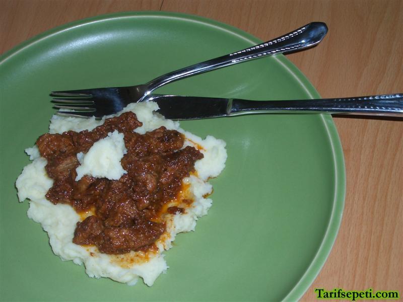 patates-puresi-yataginda-soslu-et-yemegi-tarifi