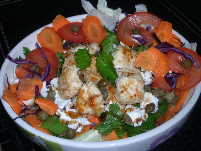 susamli-tavuk-esliginde-salata-tarifi