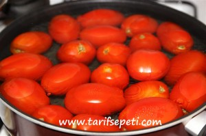 evde-fasulye-konservesi-tarifi-domates-kabugu-soymak-2