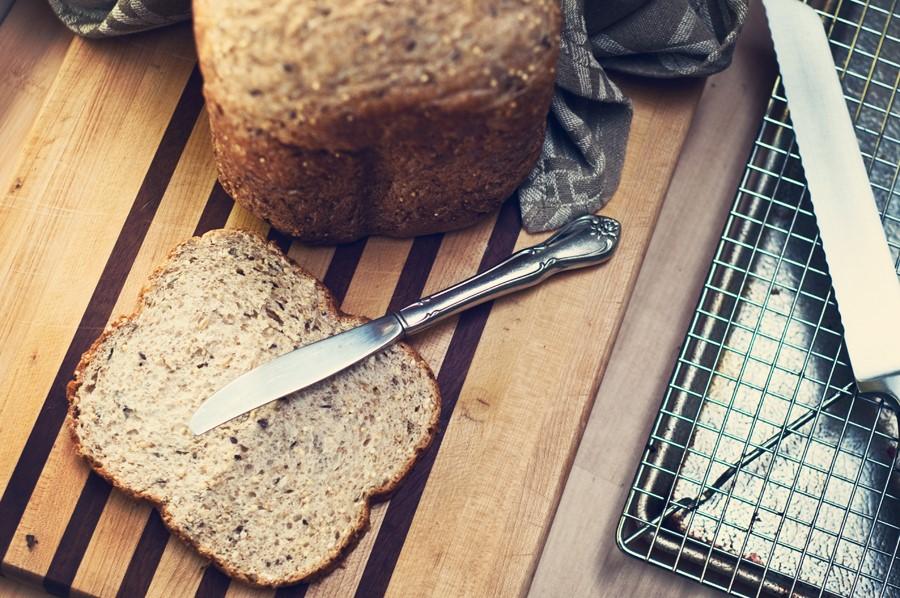 Tam-bugday-unlu-ve-tohum-cesnili-ekmek-tarifi